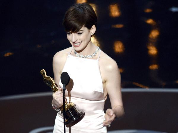 Anne Hathaway accepts the Oscar for best supporting actress in <em>Les Miserables.</em>