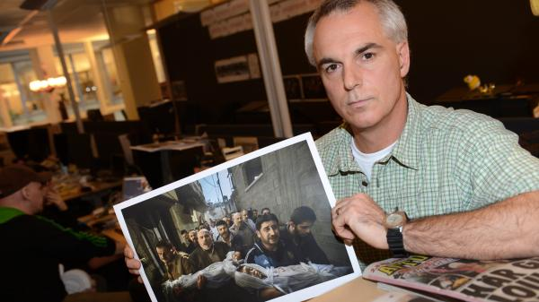 "Swedish photographer Paul Hansen did not artificially manipulate his prize-winning picture ""Gaza Burial,"" the World Press Photo Foundation said Tuesday. Critics had said the image was a composite of several photos."