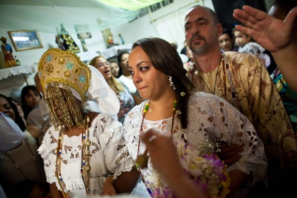 The bride, Talitha Borba Alves Santos, enters the room accompanied by a woman possessed by another deity, Gbade — the mistress of love.
