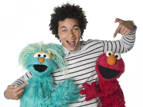 Ismael Cruz Cordova as Armando, with Muppets Rosita and Elmo.
