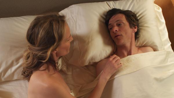 Mark (John Hawkes), a disabled man who has spent most of his life in an iron lung, decides to lose his virginity to a sex surrogate, Cheryl (Helen Hunt).