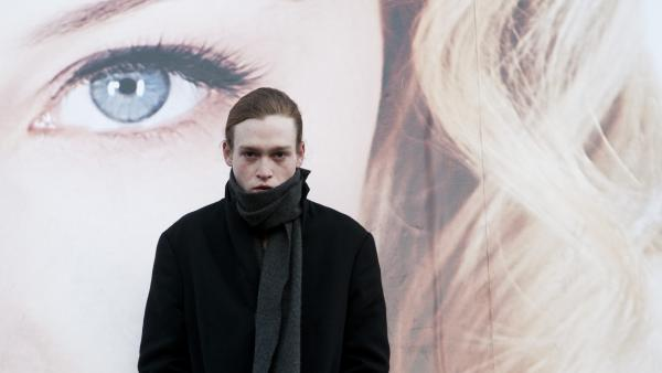 A young employee at a clinic that transfers celebrity diseases to eager fans, Syd (Caleb Landry Jones) contracts a deadly superbug from his company's spokesmodel.