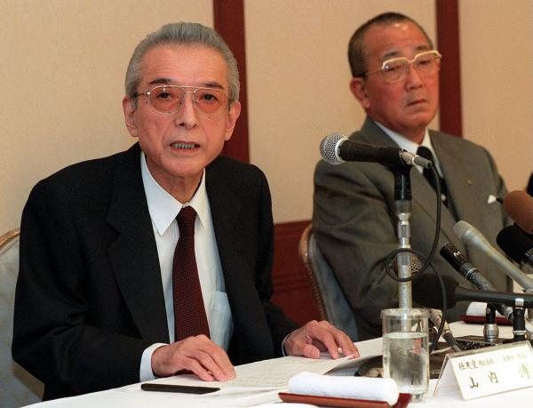 Hiroshi Yamauchi (left), with the founder of Kyocera, Kazuo Inamori, in 2000.