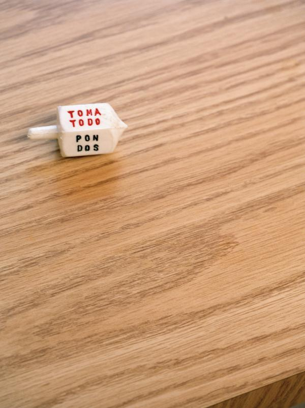 This dreidel-like Mexican top is used to play a similar game called <em>toma todo. </em>Its origins are unclear.