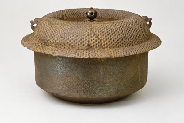 A cast iron and bronze kettle for boiling water for tea, formerly owned by Insetsu, the first known owner of Chigusa. It dates back to the late 15th or early 16th century.
