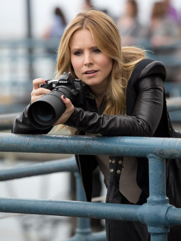 In the movie, Veronica Mars (Kristen Bell) is a recent law school grad living in New York when an old flame — Logan Echolls — calls her back to her home town of Neptune, Calif.