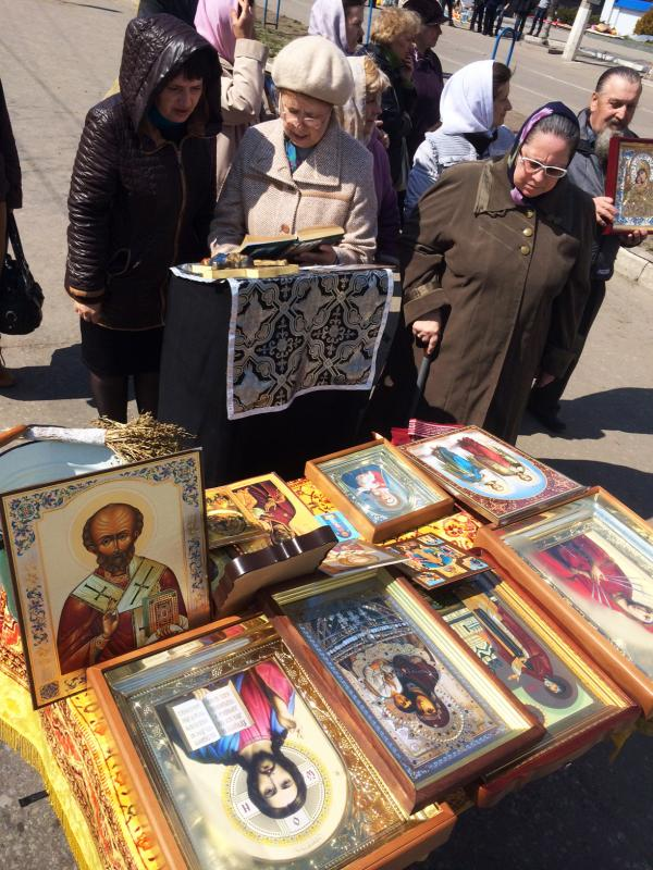"""Women outside the occupied building in Luhansk pray """"that we will join Russia."""""""