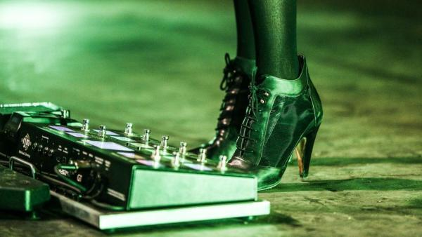 To what musician do these very fashionable shoes belong?