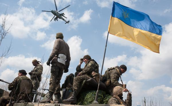Ukrainian soldiers watch a helicopter fly overhead outside the eastern town of Kramatorsk. Under Moscow's proposal for Ukraine's constitution, the east and other regions would be strongly autonomous.