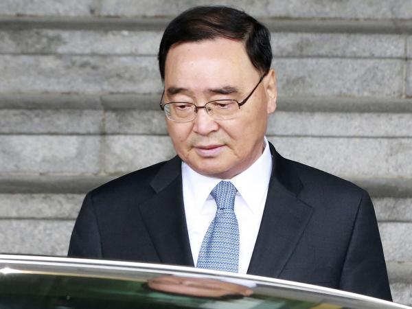 South Korean Prime Minister Chung Hong-won also apologized to a country increasingly angry over the handling of the sinking and for lax regulatory enforcement that authorities say contributed to the accident.