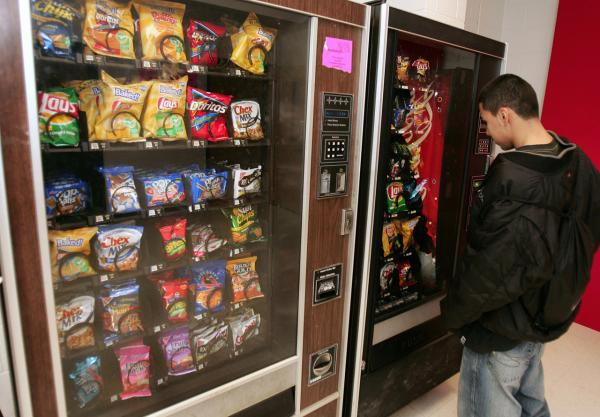 Students at McLean High School in McLean, Virginia, purchase snacks at a vending machine on school property 15 December 2005. (AFP Photo/Paul J. Richards/AFP/Getty Images)
