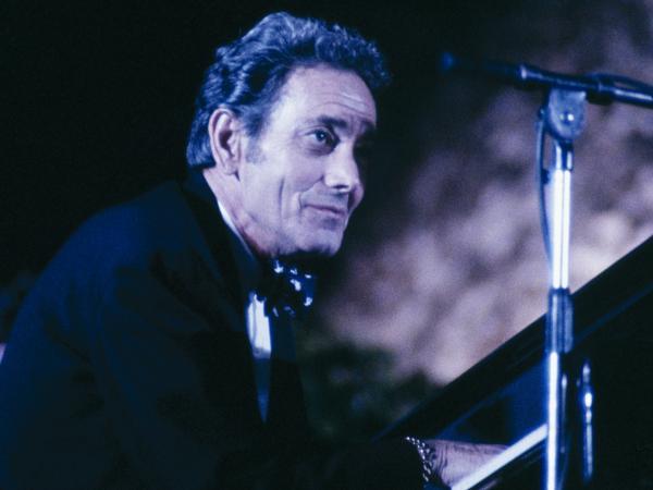 Joe Bushkin on stage in 1984.