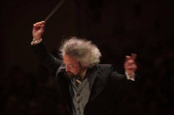 An intense Carlos Kalmar leads the orchestra in Vaughan Williams' Symphony No. 4.