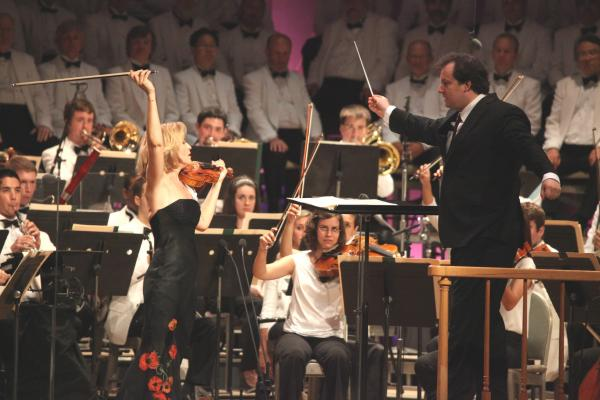 Violinist Anne-Sophie Mutter gave a vigorous reading of one of the showiest works in the repertoire: Sarasate's <em>Carmen </em>Fantasy, which she played with the student artists of the Tanglewood Music Center Orchestra.
