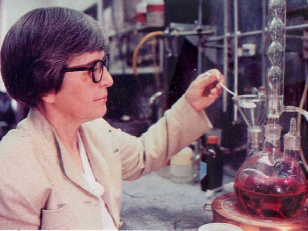 Stephanie Kwolek prepares a polymerization experiment at DuPont's Pioneering Research Lab in 1967. Kwolek, who died Wednesday, made the breakthrough discovery that led to the invention of Kevlar.