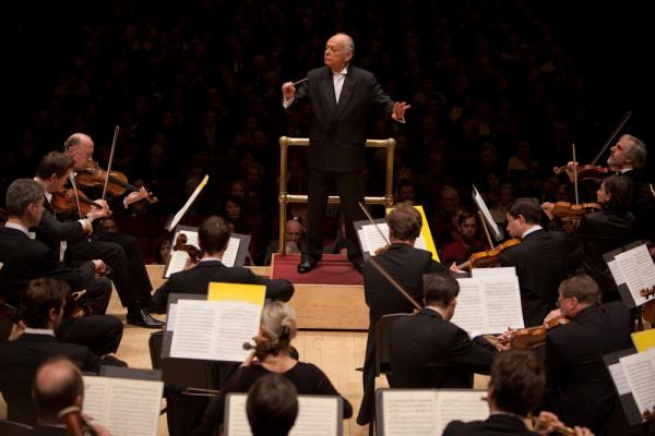 "Lorin Maazel, who turns 82 this month, led the orchestra entirely from memory in both  Mozart's Symphony No. 40 and his own arrangement of Wagner called the ""Ring Without Words."" No score meant no music stand — and so he had an even more immediate connection to the orchestra."