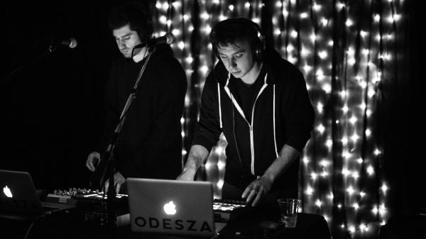 "<a href=""http://www.amazon.com/s/?ie=UTF-8&tag=lavidp-20&rh=i%3Aaps%2Cp_32%3AODESZA%2Ck%3AODESZA"">ODESZA</a> performs live on KEXP."