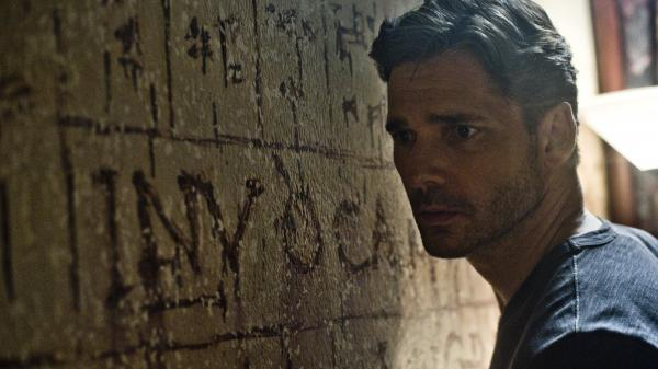 Based on the accounts given by a former NYPD sergeant, <em>Deliver Us From Evil </em>follows Ralph Sarchie, a New York police officer played by Eric Bana, as he investigates unexplainable crimes.