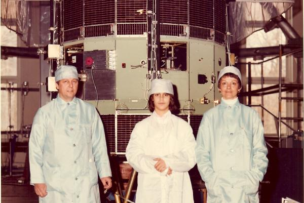 Sometime before the satellite's 1978 launch, Robert Farquhar's daughter Patricia and wife, Bonnie, joined him in a family photo with ISEE-3.