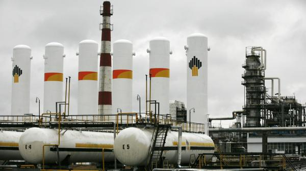 An oil refining factory owned by the Russian company Rosneft, outside the town of Achinsk, Russia, in 2013. The company says that hundreds of sites are being explored throughout the country as potential sources of oil and gas — but to tap those sites, Russia depends on Western companies.