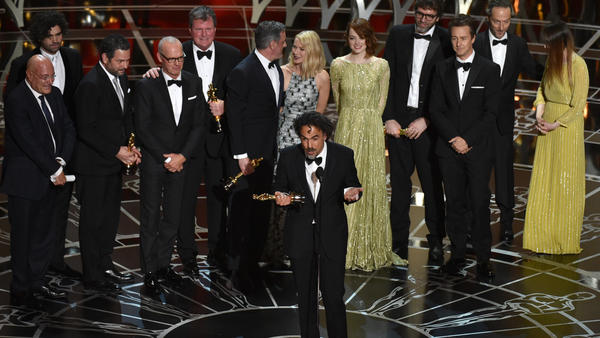 Alejandro Gonzalez Iñárittu (center) and the cast and crew of <em>Birdman or (The Unexpected Virtue of Ignorance)</em> accept the award for the best picture at the Academy Awards Sunday night in Los Angeles.