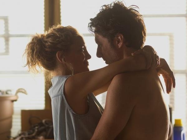 Aidan, a struggling actor, and Sarah Bloom, a public service worker played by Kate Hudson, are husband and wife who search for purpose in their lives.