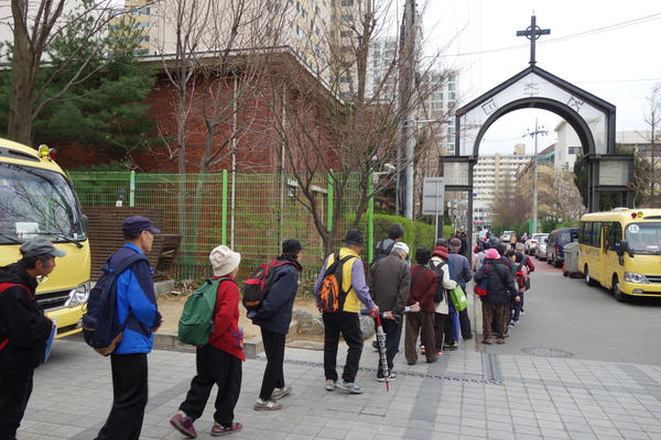 Koreans — many of them elderly — line up to receive 500 won, or about 50 cents, from Shin Banpo Church in southern Seoul. Each week, organizers say, a few hundred seniors show up at each church that offers the service, and the line starts hours in advance.