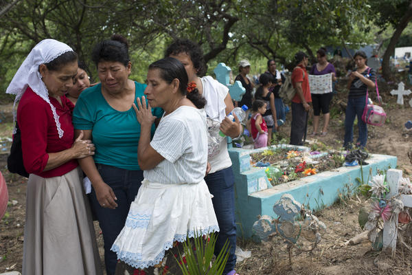 'The mother of one of the assassinated bus drivers buried her son at a cemetery in outskirts of San Salvador. Photo Encarni Pindado'
