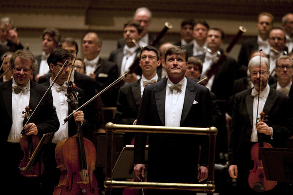 Thielemann and the Dresden musicians acknowledge the audience's enthusiastic applause at evening's end.