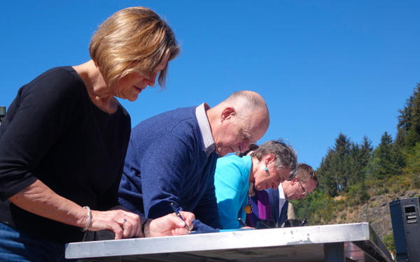 <p>(Left to Right) NOAA Administrator Kathryn Sullivan, California Governor Jerry Brown, Interior Secretary Sally Jewell and Pacific Power CEO Stefan Bird sign two new Klamath Basin water deals.</p>
