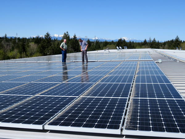 The new community solar array on the roof of a Mason County PUD #3 building in Shelton, Washington.