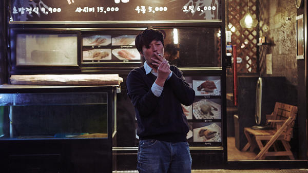 Jung Jaeyoung in Hong Sangsoo's <em>Right Now, Wrong Then</em>.