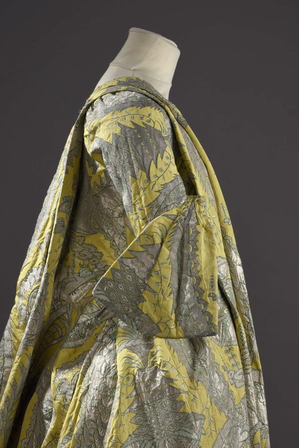 The <em>robe volante </em>had a deep V neck and billowing sleeves.