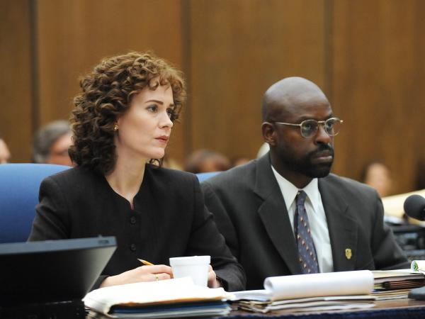 "Sarah Paulson and Sterling K. Brown in <em>The People v OJ Simpson </em>episode, ""Marcia, Marcia, Marcia."""
