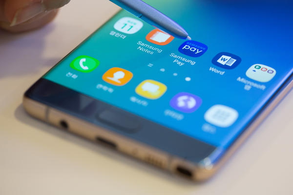 An employee demonstrates Samsung Electronics Co.'s Samsung Pay application on a Galaxy Note 7 smartphone with stylus.