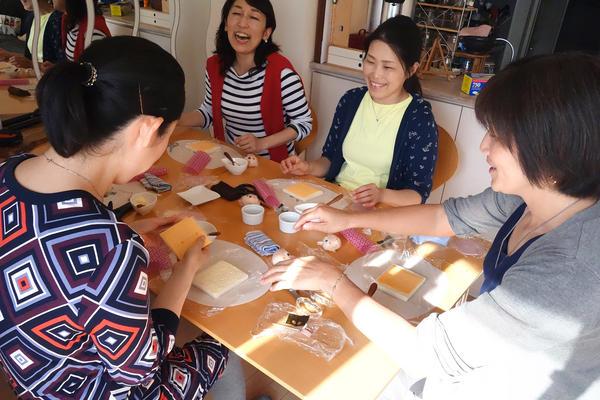 Satoko Sano, Miyo Nishimura, Takayo Yahagi take a character bento-making class from Tomomi Maruo, who has been teaching 'kyaraben' in her home for 13 years.