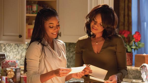 Sisters Rachel (Gabrielle Union) and Cheryl (Kimberly Elise) in <em>Almost Christmas</em>.