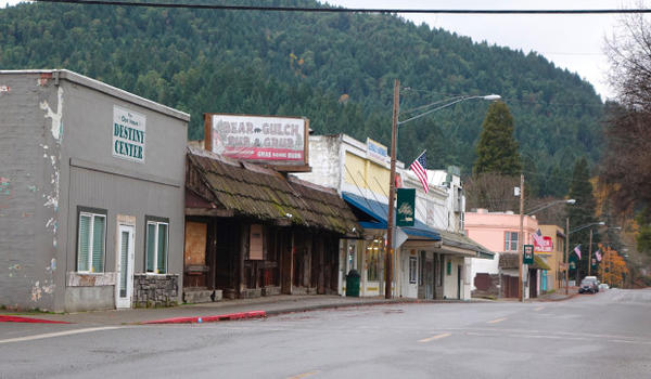 <p>The town of Glendale, Oregon shows signs of wear.</p>