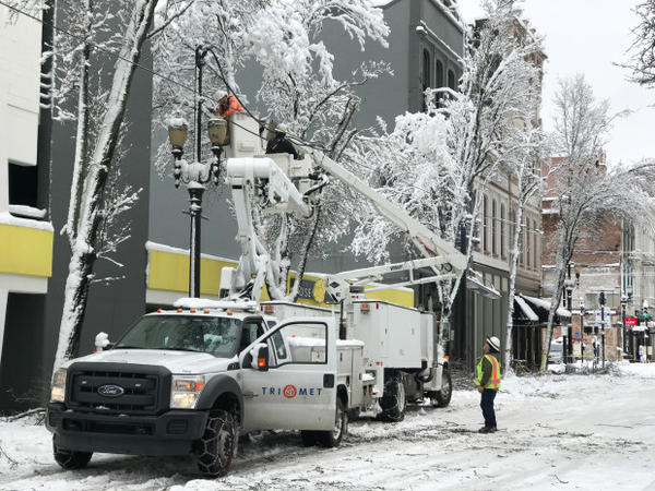 <p>TriMet works to fix a line in downtown Portland, Jan. 11, 2017.</p>
