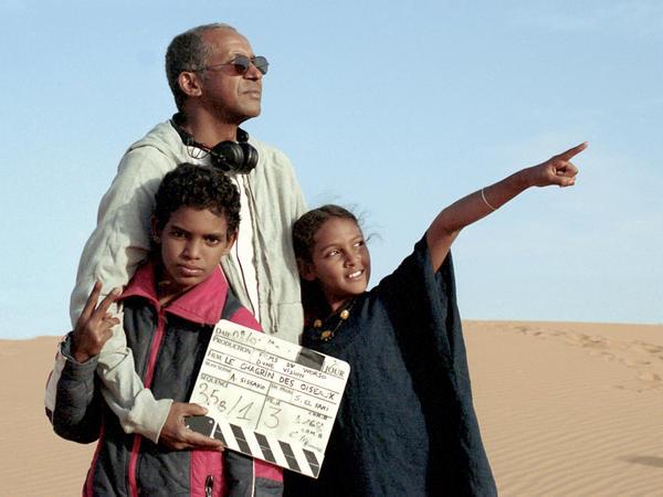 Sissako works on set with <em>Timbuktu</em> actors Mehdi A.G. Mohamed (left) and Layla Walet Mohamed.
