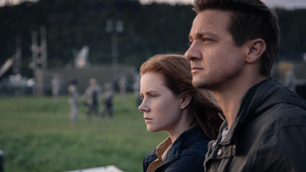 Louise Banks (Amy Adams) and Ian Donnelly (Jeremy Renner) in <em>Arrival</em>.