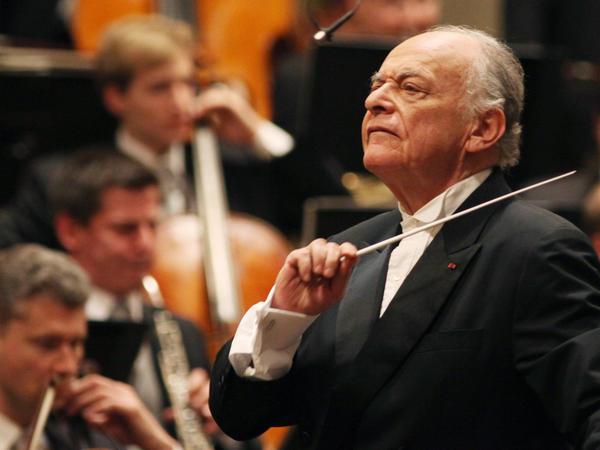 Lorin Maazel conducing the Vienna Philharmonic in March 2010.