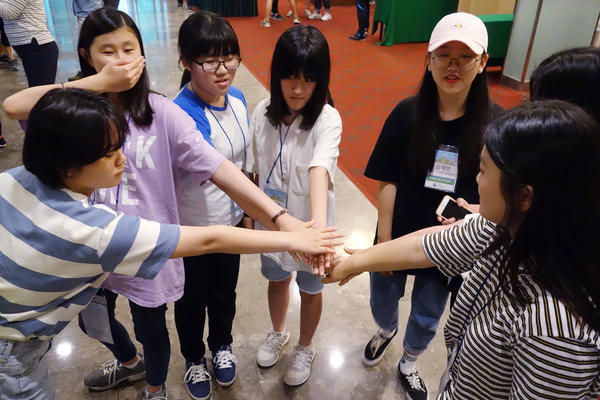 In a group exercise at Unification Leader Camp, students are challenged to come up with ways to show the idea of unification with their bodies.