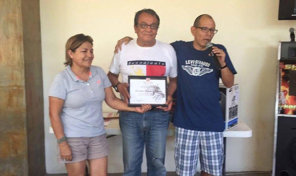 Maximino Rodriguez (center) receives a reporting award in 2015 from his editors at the news blog Colectivo Pericu, Hermelinda Vargas (left) and Cuauhtemoc Morgan.