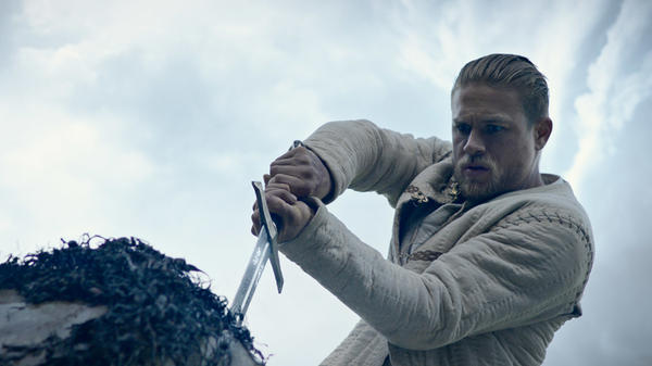Arthur (Charlie Hunnam) plays it to the hilt in <em>King Arthur: Legend of the Sword.</em>
