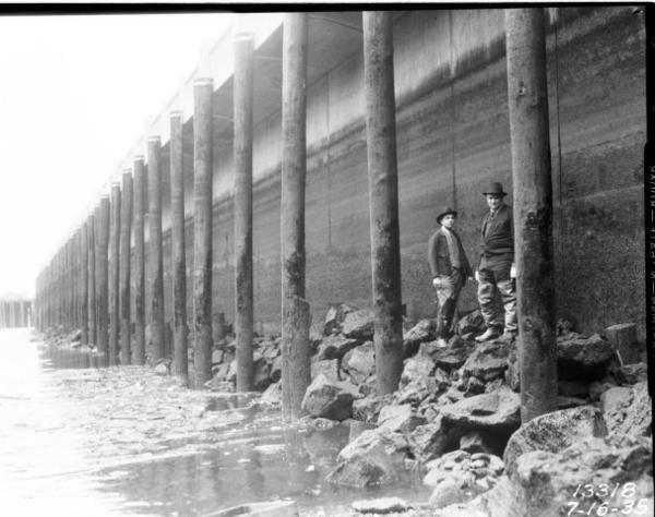 <p>The seawall at Seattle's Railroad Avenue in 1935.</p>