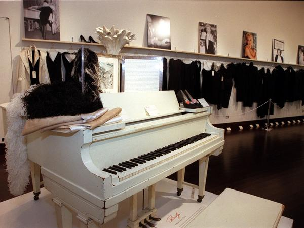 In 1999, singer Mariah Carey bought Monroe's baby grand piano at auction for more than $600,000.