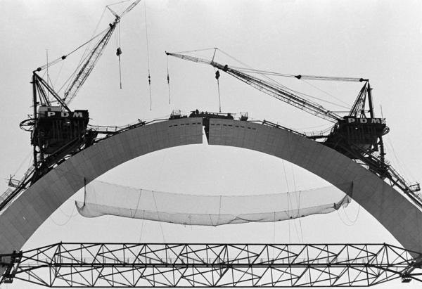 Workmen close the gap on Oct. 28, 1965, as they insert a 10-ton keystone, completing three years of construction. A hydraulic jack atop the 630-foot arch forced the structure's legs apart for installation.
