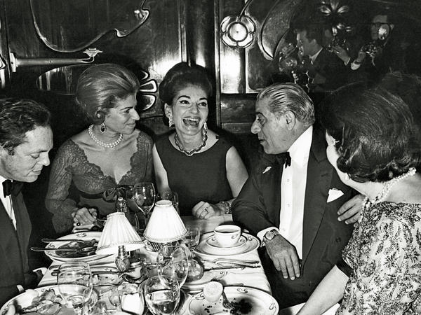 Maria Callas (center), dining at Maxim's in Paris with Aristotle Onassis (right), Marie-Hélène de Rothschild (left) and Baron Alexis de Redé (far left).