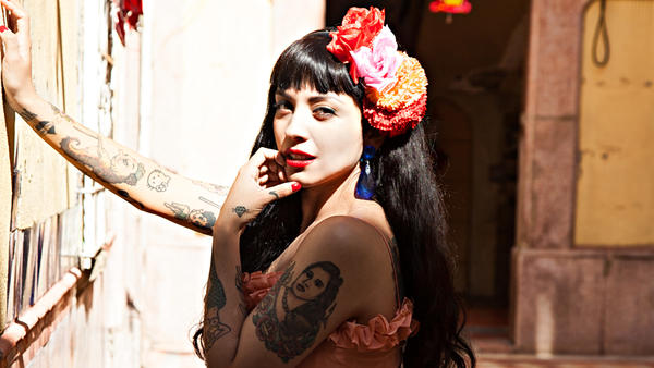 "The Mexico City-based Chilean vocalist Mon Laferte heats up the summer with ""Amárrame."""